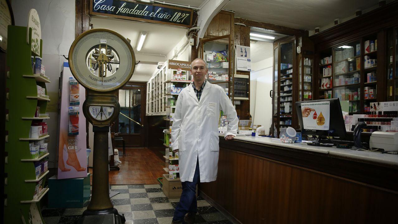 Farmacia Villar. Abrió sus puertas en 1827. Ricardo Villar tuvo clara su vocación desde niño. Representa a la sexta generación de una saga de farmacéuticos. «Atendemos a generaciones de familias coruñesas, desde los bisabuelos a los nietos», destaca. La farmacia se tuvo que separar de la droguería, el local contiguo por las normativa. Sus locales centenarios son un emblema pero, a veces, también un obstáculo. «Rehabilitas para tener una farmacia moderna, adapta a los tiempos», admite Villar.