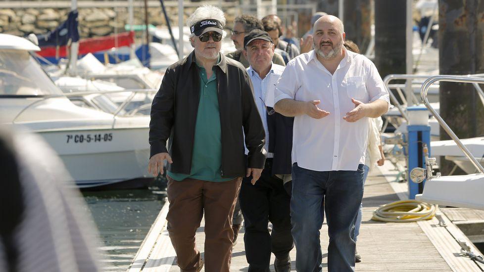 Almodóvar llegando a Alvedro para rodar en Galicia.El alcalde de Ares, Julio Iglesias, acompañó a Almodóvar y al equipo en un recorrido por el puerto deportivo.