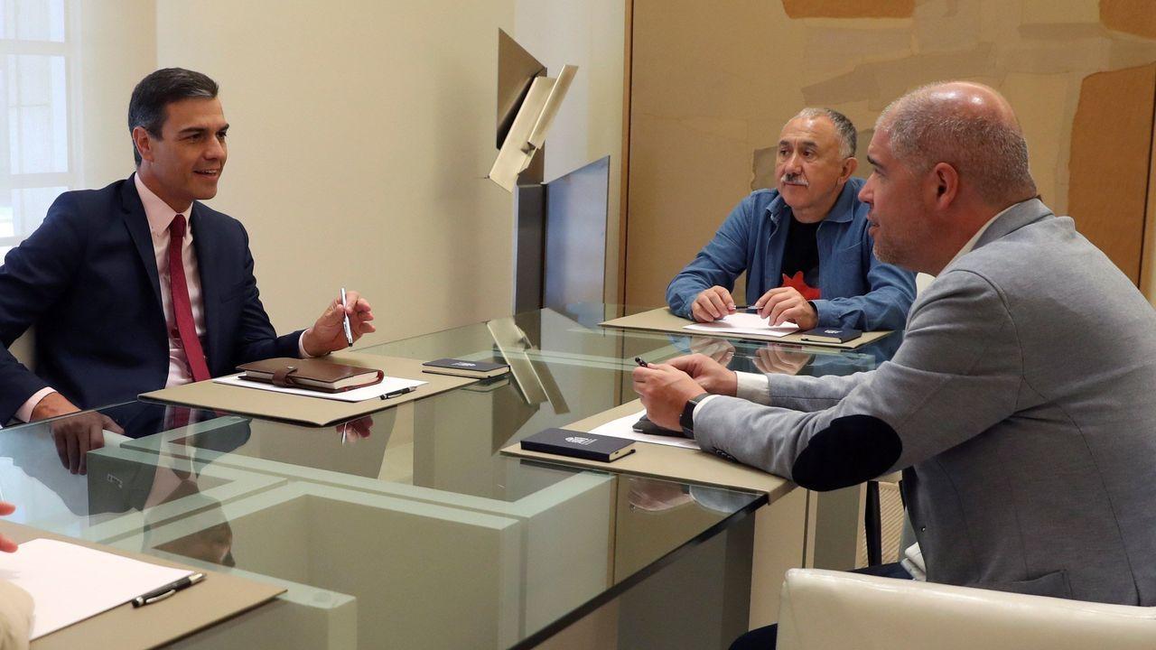 Pedro Sánchez conversa con los secretarios generales de UGT, José Álvarez, y de CC.OO, Unai Sordo, a la derecha, en la reunión mantenida en la Moncloa