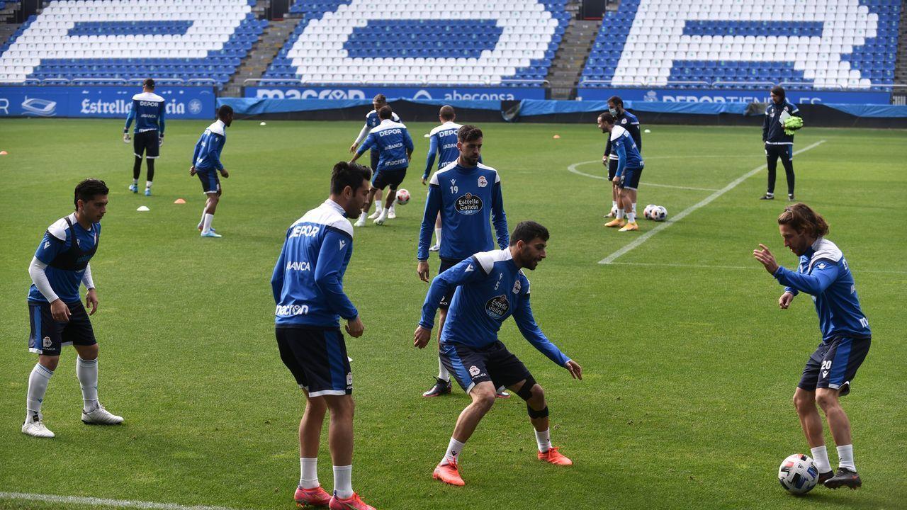 Jugadores del Deportivo, durante el entrenamiento del jueves en Riazor