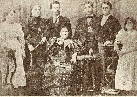 1898. Familia Abente-Mislovsky: Antonia, Manuela, Victorino Abente, Leandro, Isidro y Balbina. Sentada, la esposa de Victorino, Isabel.