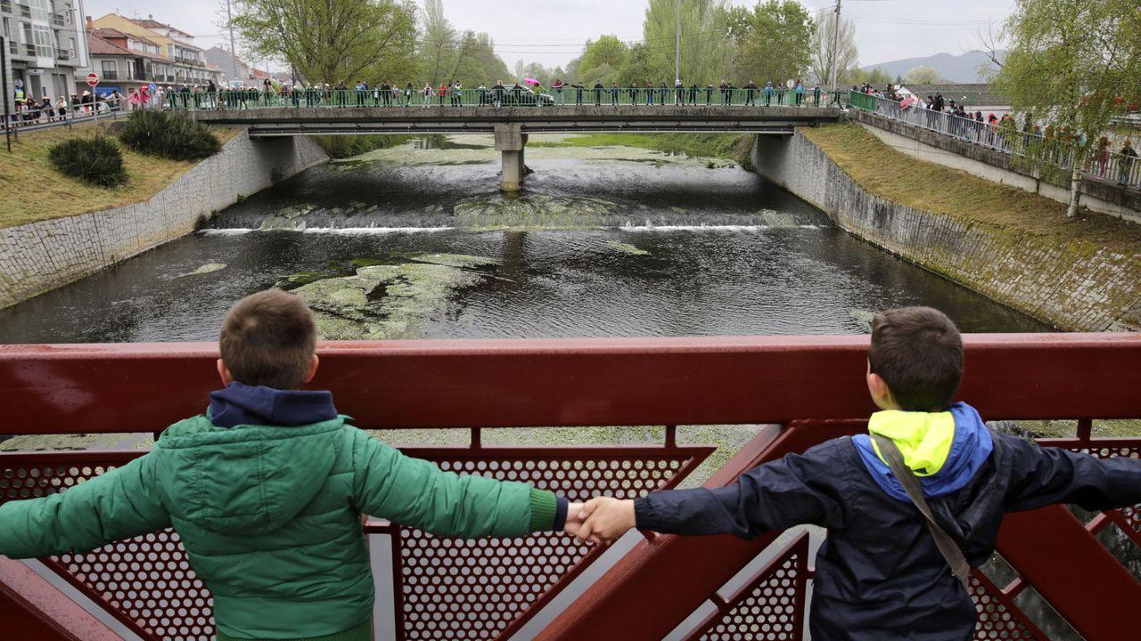 herminia.Niños de dos colegios participan en un abrazo simbólico.