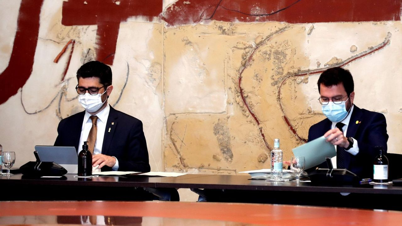 El vicepresidente de la Generalitat, Jordi Puigneró, de Junts, y el presidente Pere Aragonès, discreparon sobre el uso de dinero público para avalar a los encausados. Finalmente, Junts se avino a usar fondos de la Generalitat para ayudar a los independentistas