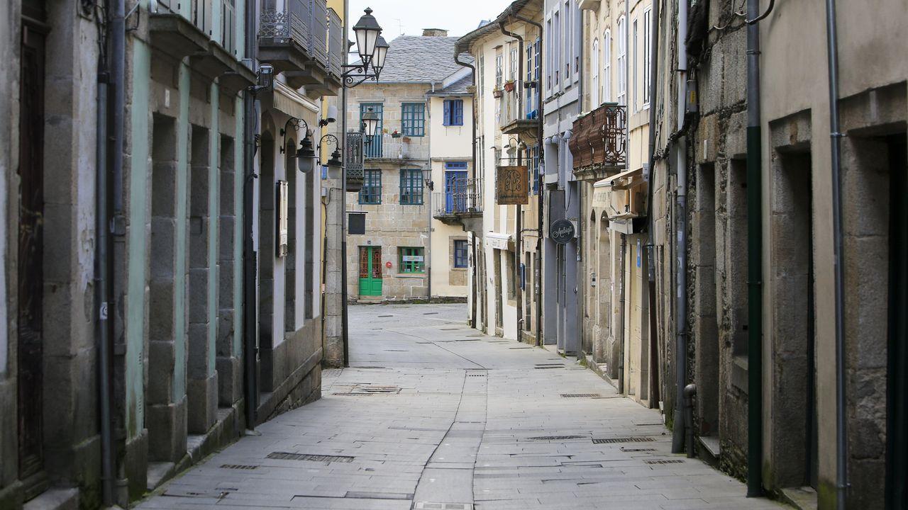 Rúa do Miño desierta, en el barrio de A Tineria en Lugo