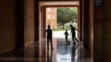 Unos niños juegal al fútbol en una zona privada de una comunidad de vecinos en Barcelona