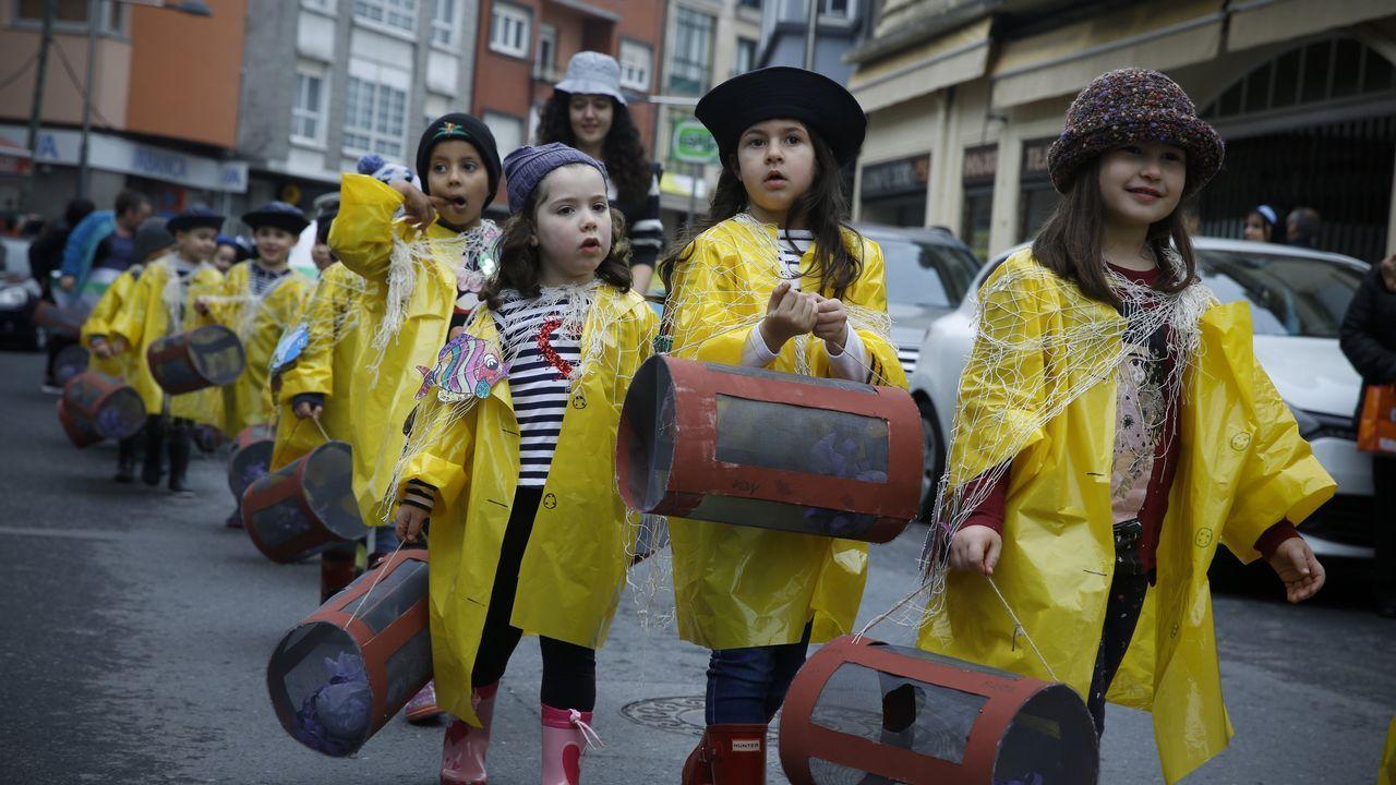 Los escolares dan la bienvenida al entroido en Santiago y Negreira