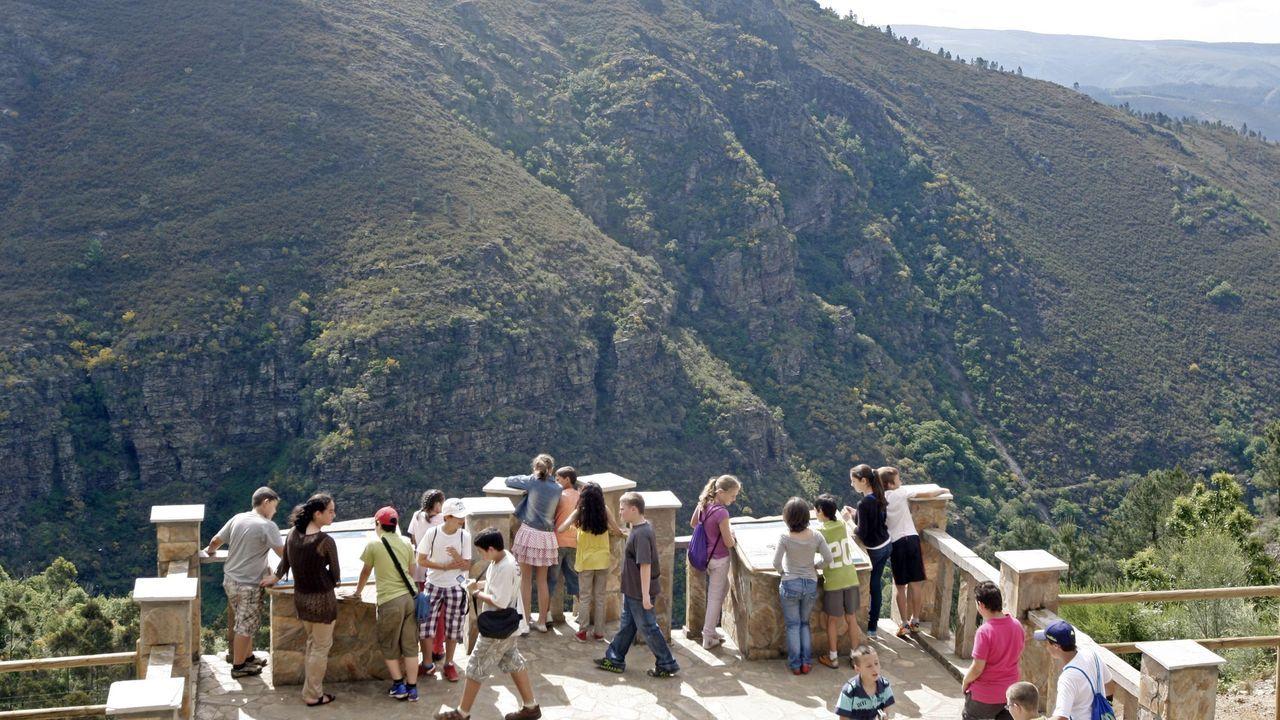 Fotografías premiadas no primeiro concurso Xeoparque Montañas do Courel.Un grupo de escolares en el mirador geológico de Campdola, uno de los lugares que visitarán los participantes en los campamentos