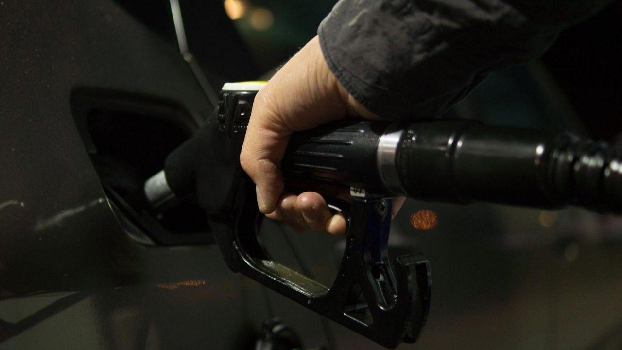Un conductor llena el depósito de su coche