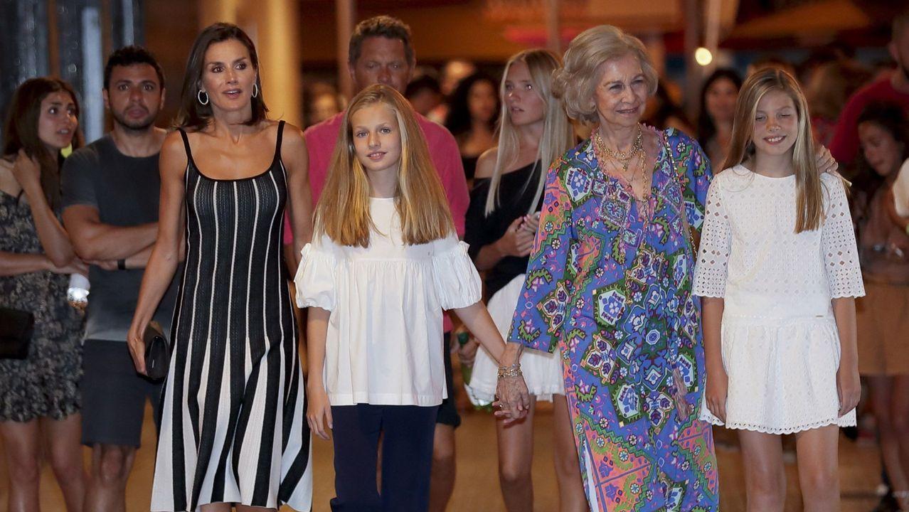El posado real en Marivent.Las reinas Letizia y Sofía, con Leonor y Sofía a la salida del ballet «El lago de los cisnes»