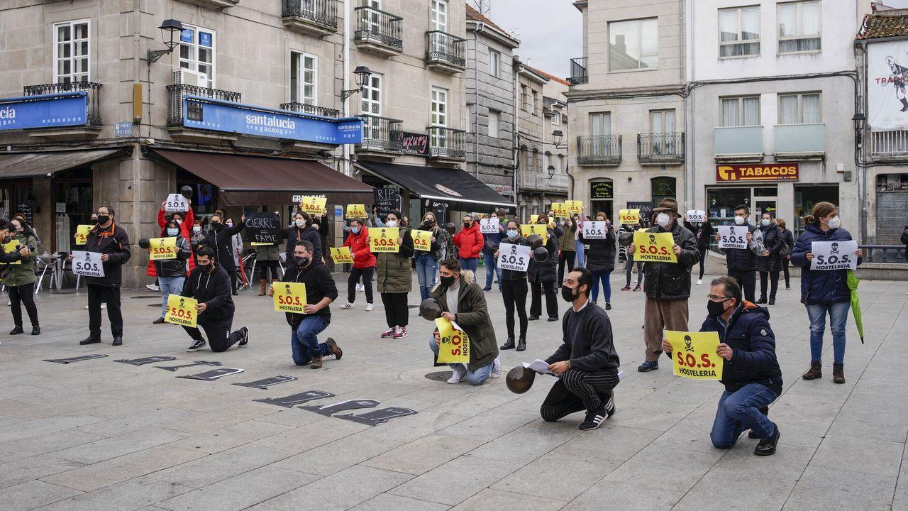 Protesta de la hosteleria en Xinzo ante las medidas restrictivas adoptadas por la Xunta para hacer frente al covid-19