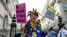 «Tengo miedo de este payaso», dice el cartel de un activista contra Boris Johnson