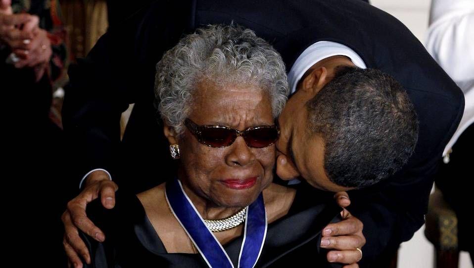 El agresor fue inmovilizado por los guardias de seguridad.Maya Angelou recibe la medalla presidencial por la Libertad que Obama le entregó en el 2011