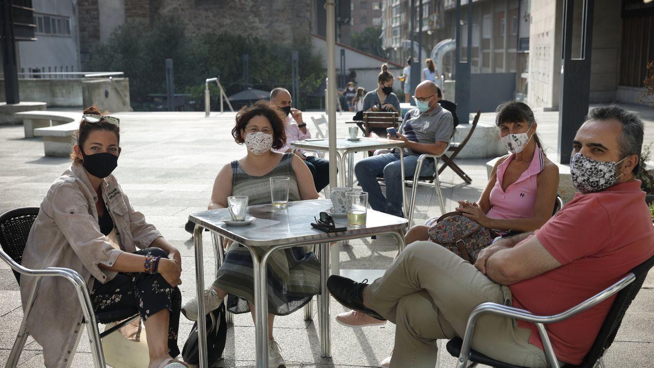 MONTI AMBIGÚ. A Coruña. La plaza del Papagayo esconde una terraza casi secreta donde el sol se siente como en casa al estar resguardada del viento. Olvídate también del ruido de los coches al sentarte en esta terraza del centro de A Coruña.