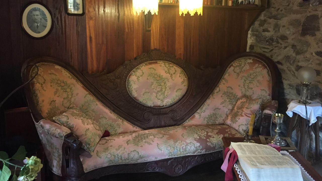 Sillón de estilo napoleónico en el salón principal del molino de Xico