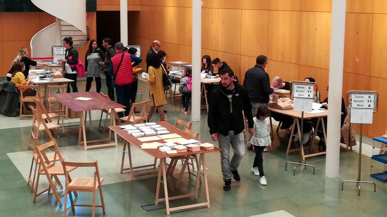 Votantes en un colegio electoral de Gijón