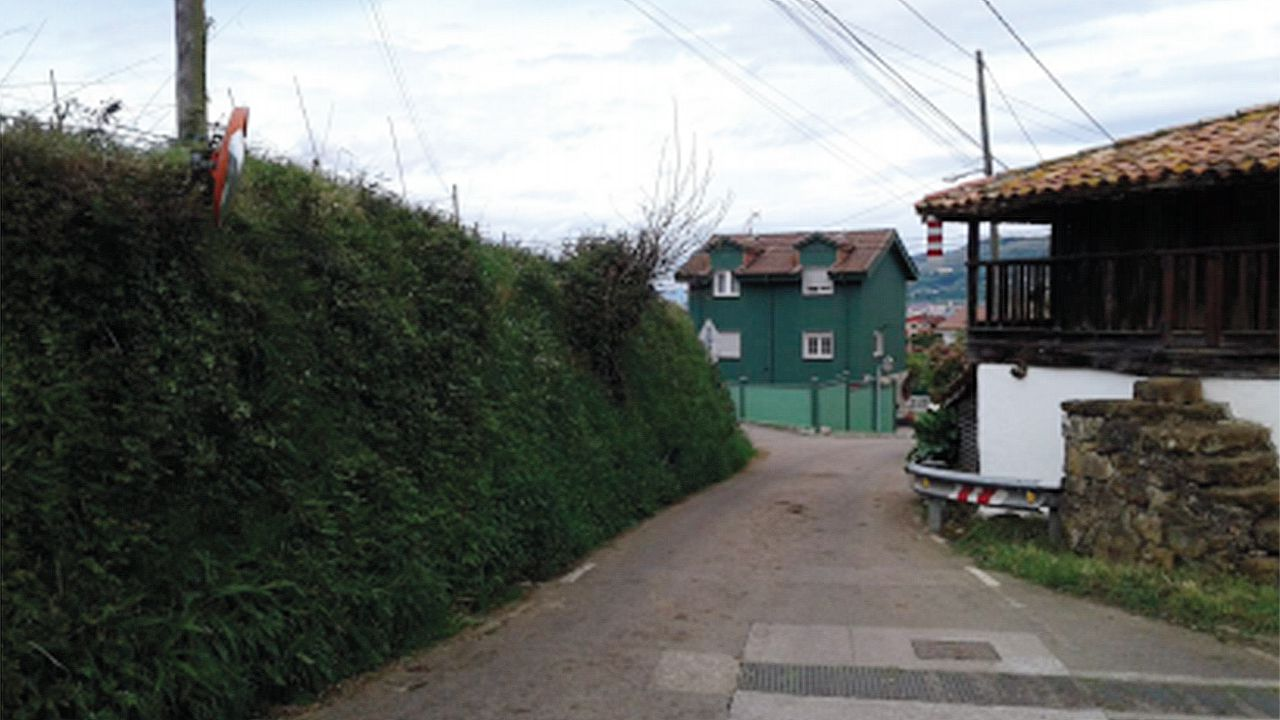 Estrechamiento de la carretera en San Cipriano de Pando, que el ayuntamiento ampliarña hasta los 4,5 metros