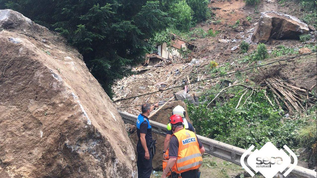 Una ladera se derrumba sobre el pueblo de La Cortina, en el concejo de Lena