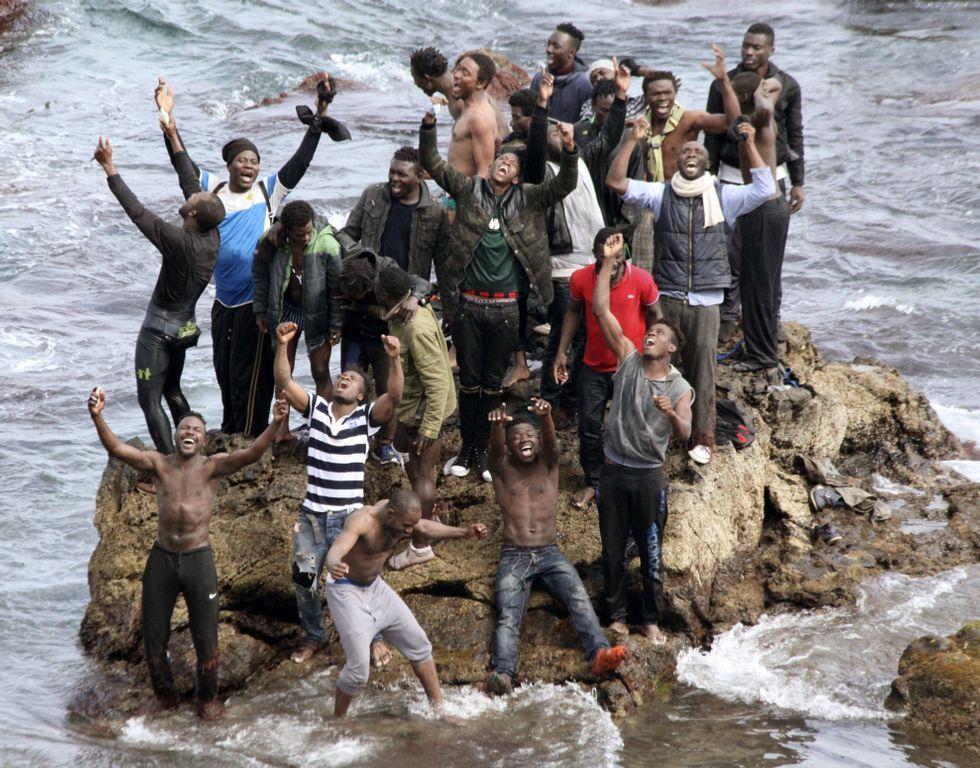 Un grupo de inmigrantes celebran su llegada a Ceuta.