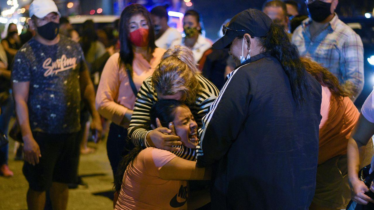 Un familiar de un preso reacciona al motin ante la cárcel de Guayaquil