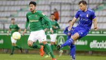 Ugarte golpea un balón ante el Racing de Ferrol