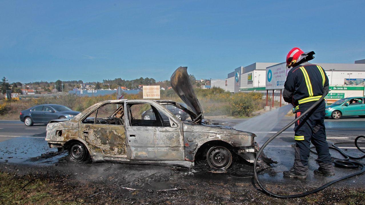 Imagen de archivo de las labores de extinción de un turismo en la comarca de A Coruña