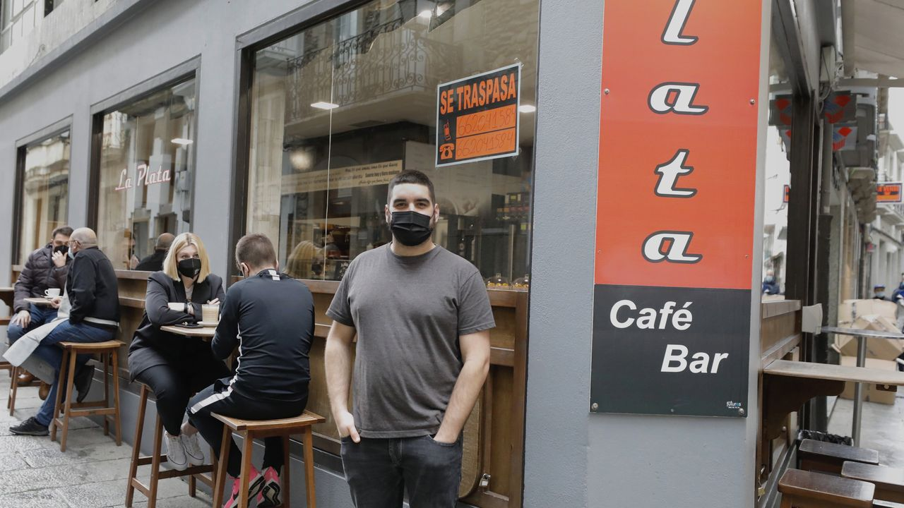 Luis López Guerreiro, barista profesional, denuncia que con tantas restricciones de aforos y horarios es imposible seguir adelante en un negocio hostelero sin endeudarse, y por eso traspasa