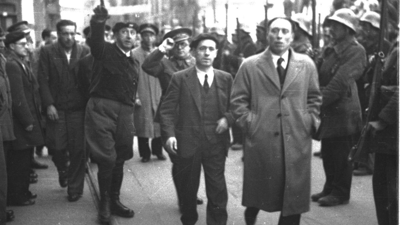 Pasando revista a las tropas del desfile en la conmemoración de la proclamación de la República el 13 de abril de 1937, en una imagen tomada por Constantino Suárez