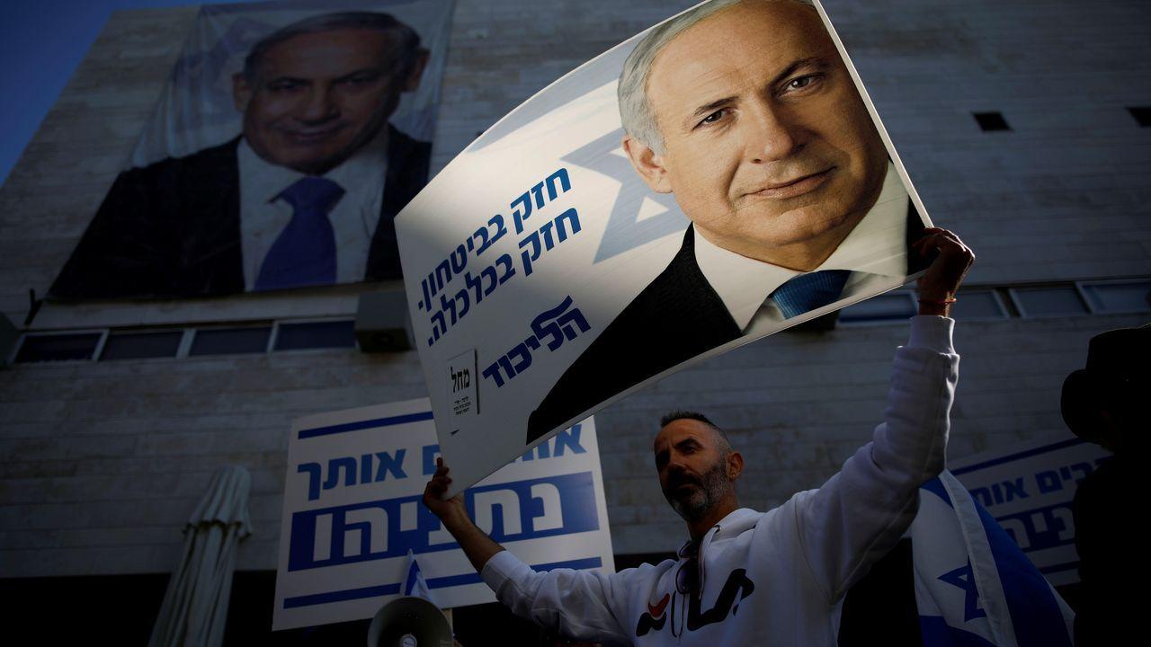 Un seguidor de Netanyahu apoya al primer ministro en la sede del Likud