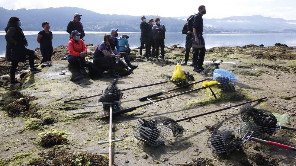 Conflicto entre las mariscadoras de Vilaboa y de Arcade por un banco marisquero.Imagen de archivo de una batea de mejillón en la ría de Arousa