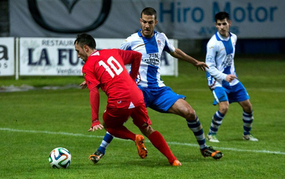 Jandro, a la derecha de la imagen, durante el partido del pasado curso ante el Compostela en San Lázaro.