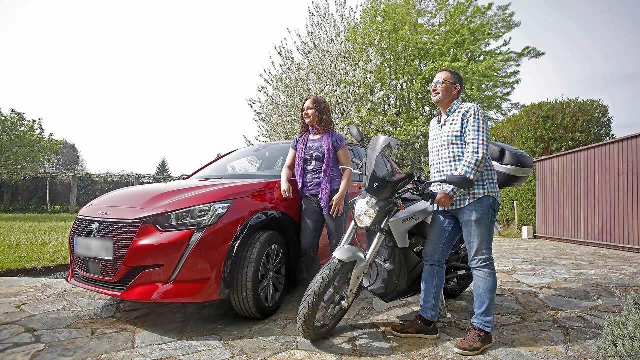Maica Rodríguez y César Santiso posan en su finca de Carral con los dos vehículos eléctricos que usan a diario, un Peugeot e-208 y una motocicleta Zero S. Además han comprado una furgoneta movida también por baterías de ion-litio, una Citroën ë-Jumpy que van a camperizar, y mantienen dos Toyota híbridos (un Prius y un Yaris) que utilizan sus hijos