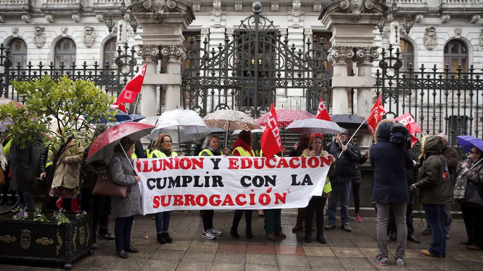 Presentación de las mejoras acometidas en la estación de autobuses de Oviedo.Concentración frente a la Junta General en protesta por el despido de trabajadoras que desarrollaban su trabajo como acompañantes de alumnos en los autobuses escolares
