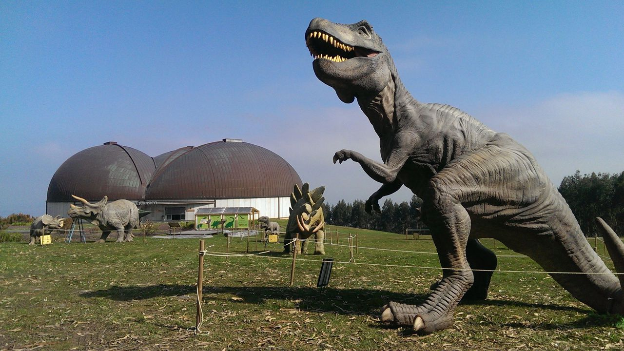 Los Reyes, en Asturias.Dinosarios en MUJA