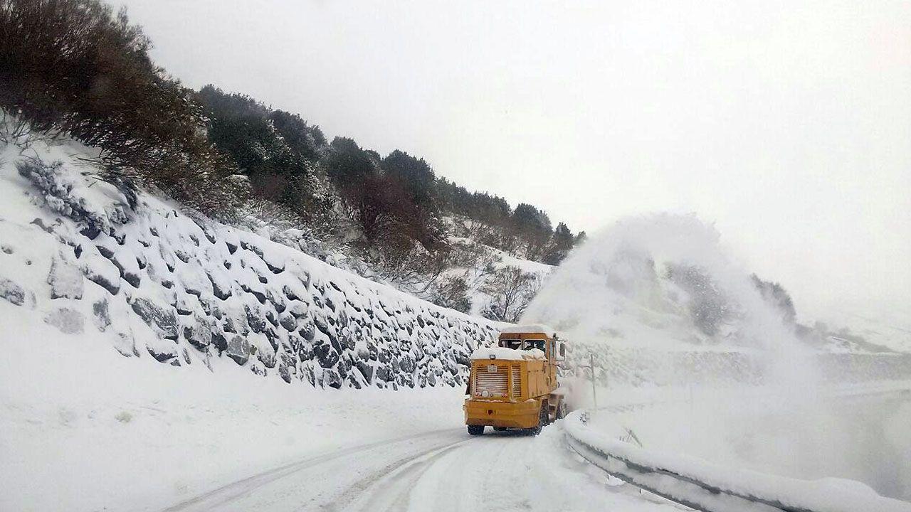 Nieva en Cabranes.La nieve cubre el acceso al puerto San Isidro desde Asturias