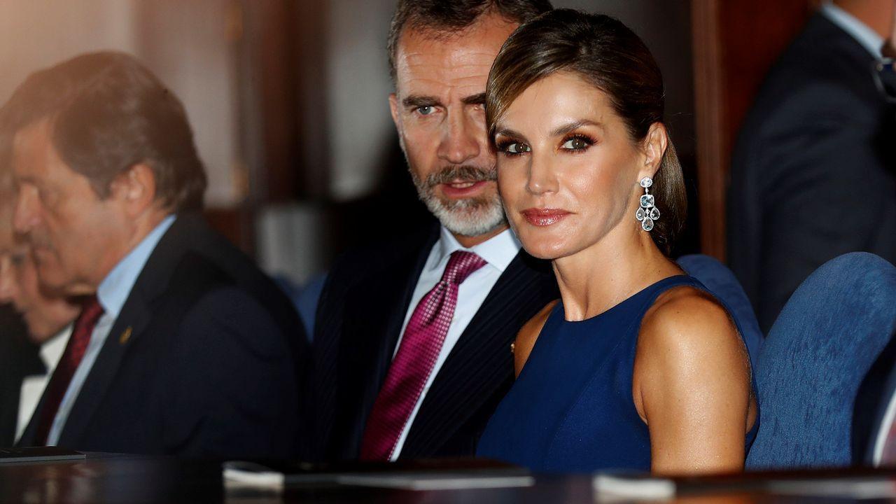 Letizia Ortiz lució en la noche previa a la entrega de los Princesa de Asturias un vestido azul noche de seda, con largo midi y falda plisada de su modisto de cabecera: Felipe Varela.