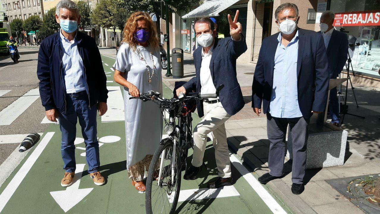 Vigo alarga su carril bici.López Font, en el medio en la imagen, en una foto de archivo de una sesión plenaria de enero de este año
