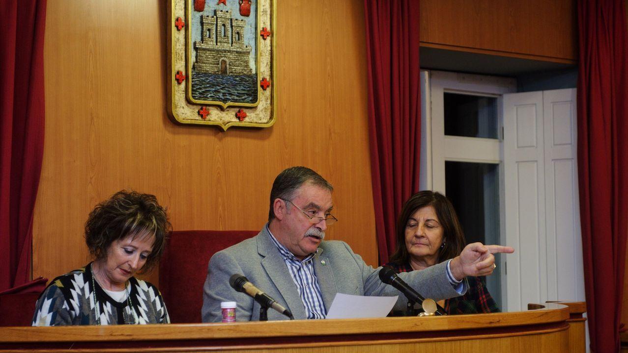 Francisco Quintela, alcalde de Coirós, sostiene el arma que utilizará Lolo Andrade
