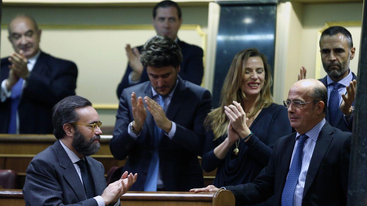 El diputado de Vox Antonio Gil Lázaro, es aplaudido por sus compañeros después de que la formación verde haya logrado entrar en la Mesa del Congreso al menos con una vicepresidencia, tras conseguir 52 votos, todos los de su formación política.