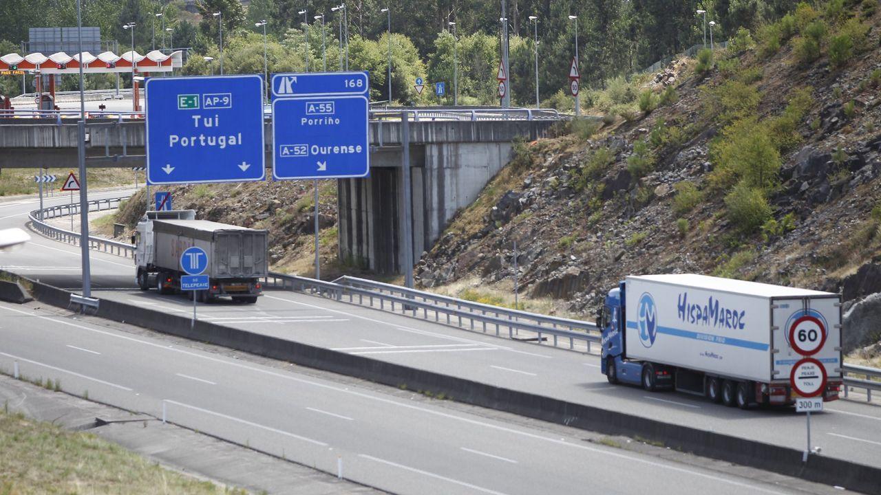 Camiones circulando por la AP-9