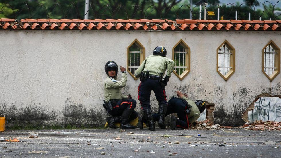 Leopoldo López saluda a sus simpatizantes desde la valla de su casa.Imagen de archivo de una manifestación contra Maduro en Venezuela
