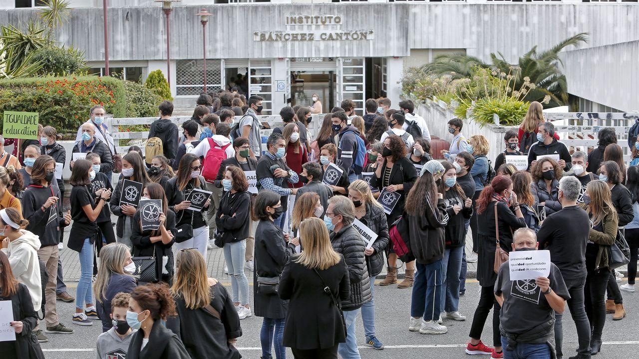 Concentración convocada por un grupo de padres de alumnos de bachillerato del IES Sánchez Cantón de Pontevedra el pasado 30 de septiembre