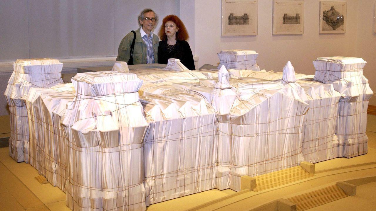Christo y Jeanne-Claude, ante una maqueta del Reichstag envuelto