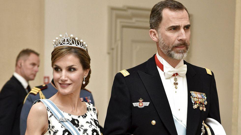 La reina Letizia y Felipe VI a su llegada a la cena en honor de la reina Margarita.