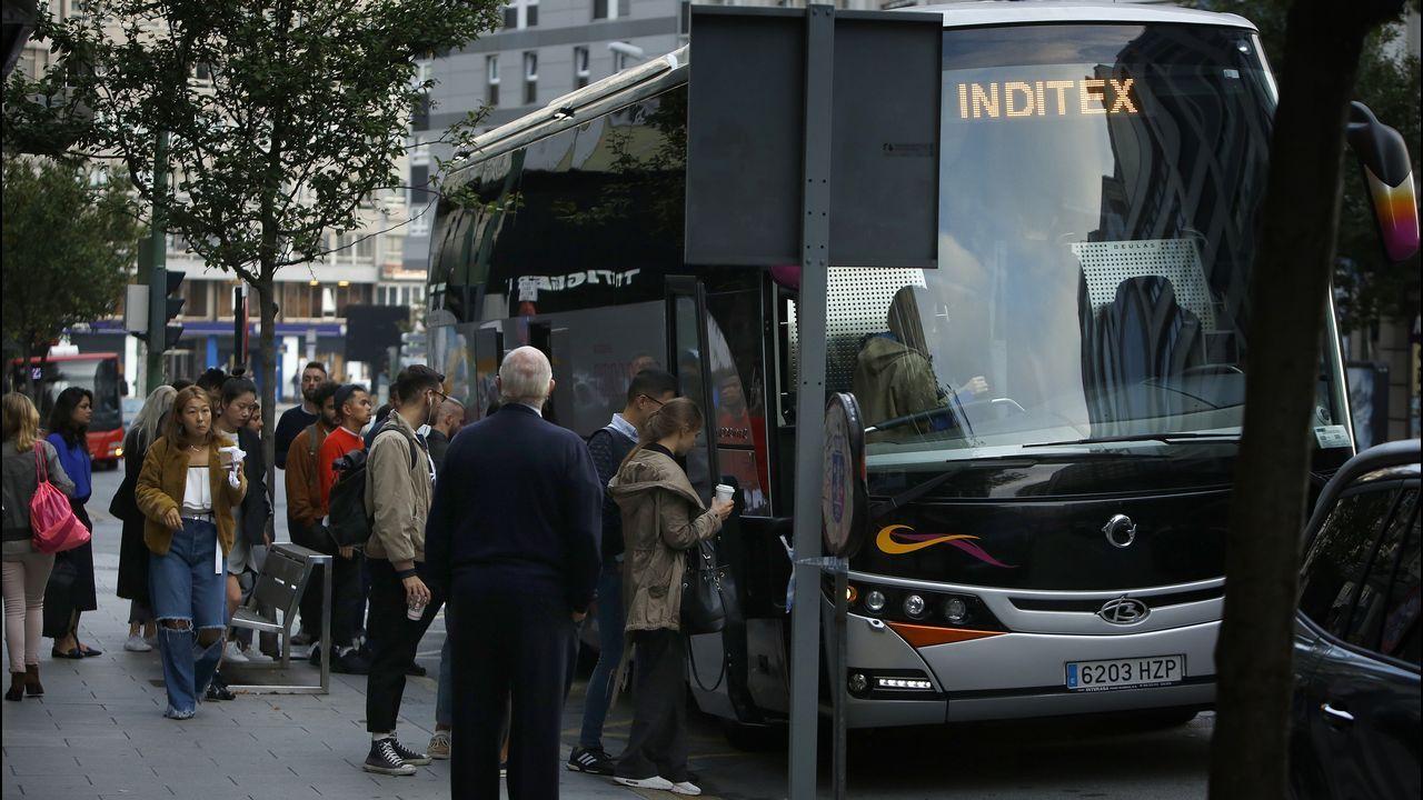 Bus de Inditex recogiendo a trabajadores y proveedores en el Hotel Hesperia de Juan Flórez