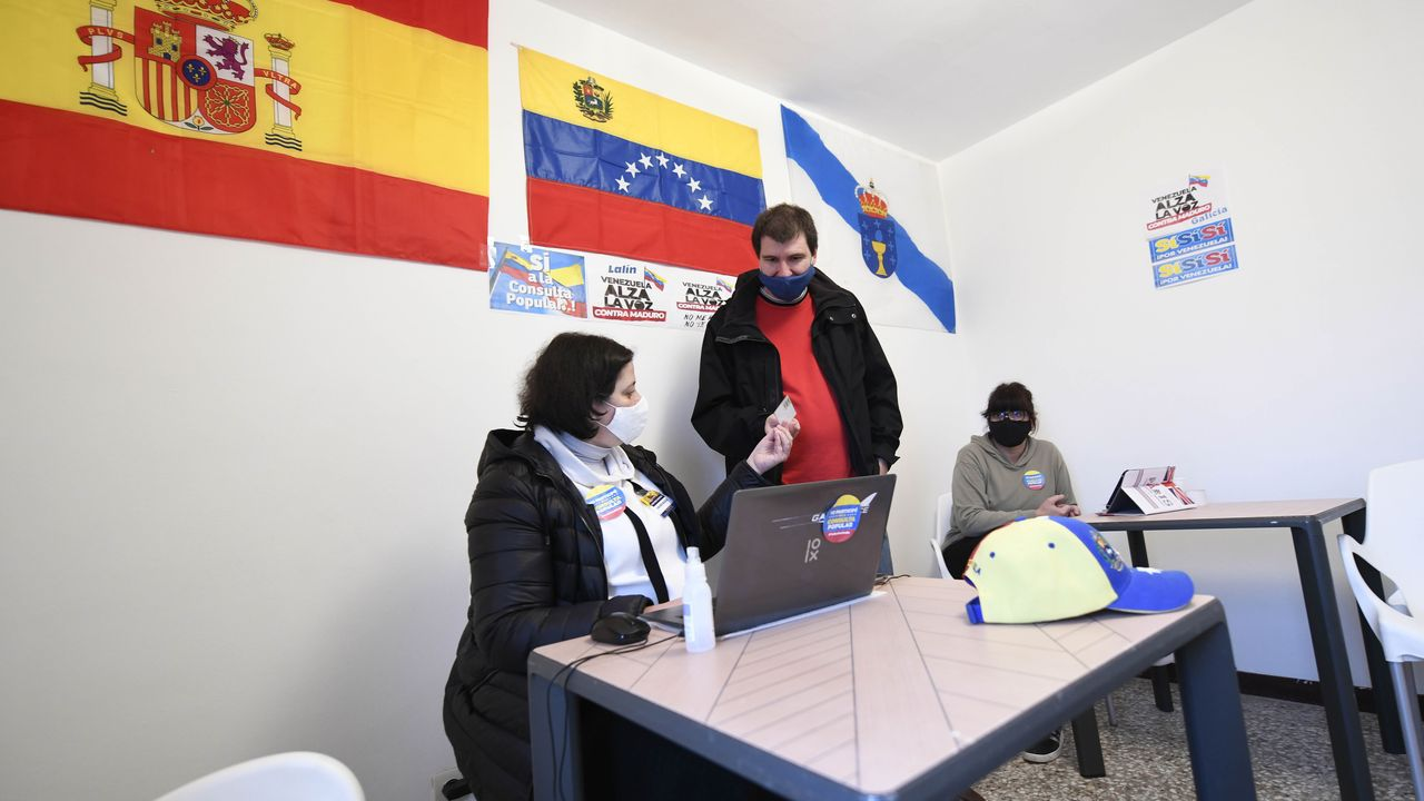 Jose Andrésagradece el 41 Premio por la Paz recibido.Una mujer participa en la consulta puopular organizada por la oposición venezolana