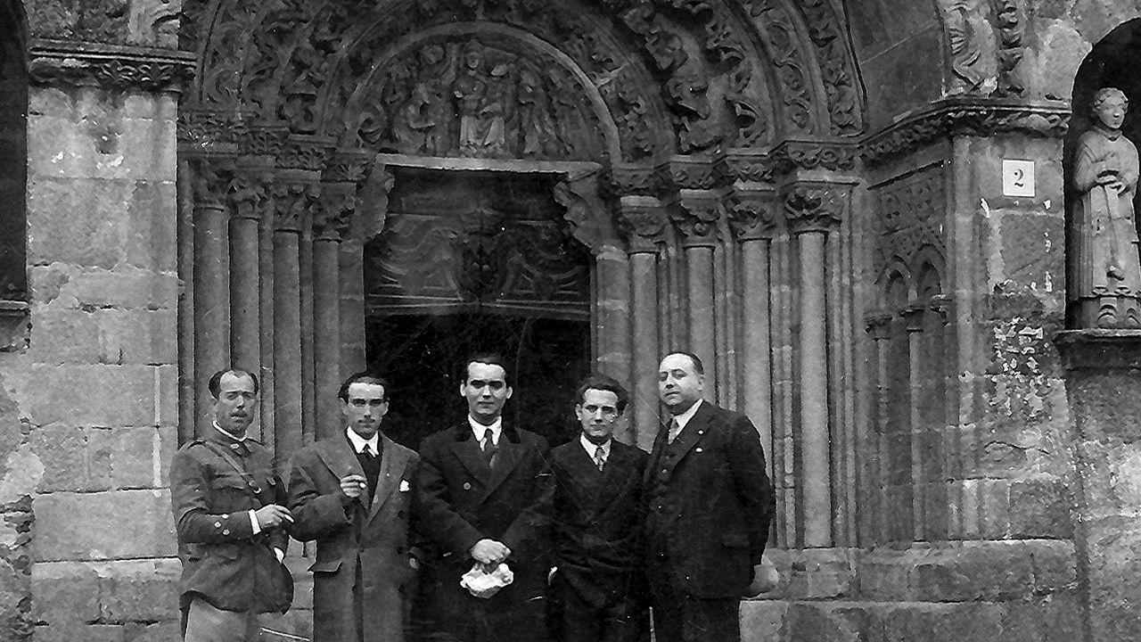 En Betanzos, mayo de 1932. Lorca ante la iglesia de Santa María de Azougue, con Ramón Fernández Cid, José Álvarez Sánchez,  Francisco Esteve y José Barbeito. alvarellos