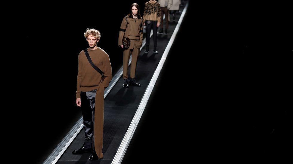Varios modelos presentan algunas de las propuestas para la temporada otoño/invierno 2019/2010 del diseñador del Reino Unido Kim Jones para Dior este viernes durante la Semana de la Moda masculina de París