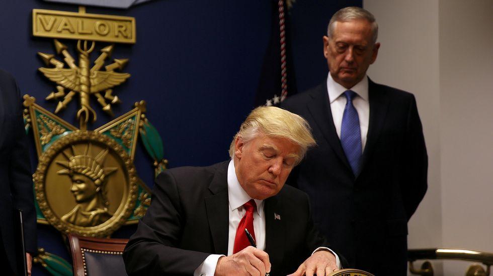 Trump firma la orden ejecutiva que restringe la entrada en Estados Unidos