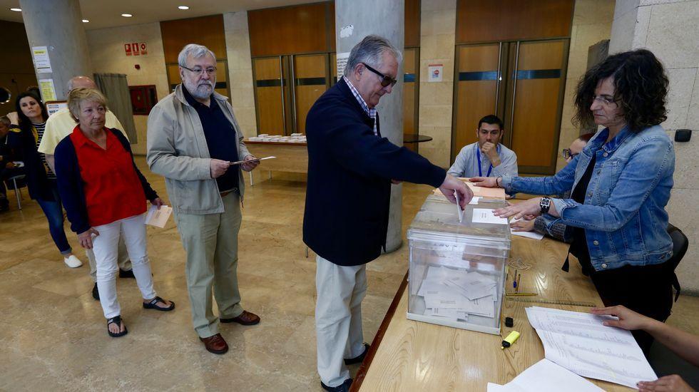 Gente votando a primera hora en la mesa del edificio sindical de Lugo
