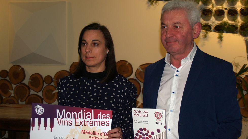 La representante de Regina Viarum recoge la distinción que obtuvo la bodega en el concurso internacional